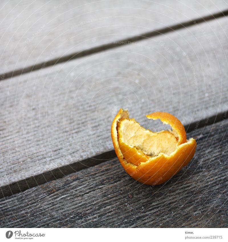 Ausgeplündert Holz grau orange Frucht Orange Müll diagonal Steg Holzbrett Fuge Furche Rest Hülle Südfrüchte Orangenschale