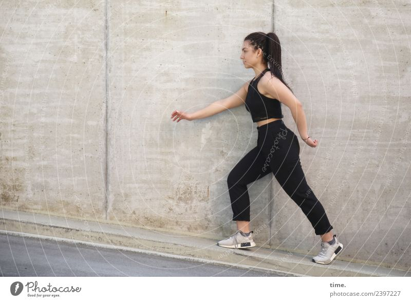 Nikolija feminin Frau Erwachsene 1 Mensch Mauer Wand T-Shirt Hose Turnschuh langhaarig Zopf rennen gehen Blick schön selbstbewußt Kraft Willensstärke Tatkraft