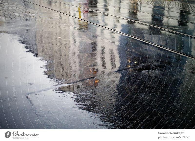Regensommer. Europa Menschenleer Haus Gebäude Einsamkeit nass Straßenbahn Gleise Beton Farbfoto Außenaufnahme Textfreiraum links Textfreiraum unten feucht