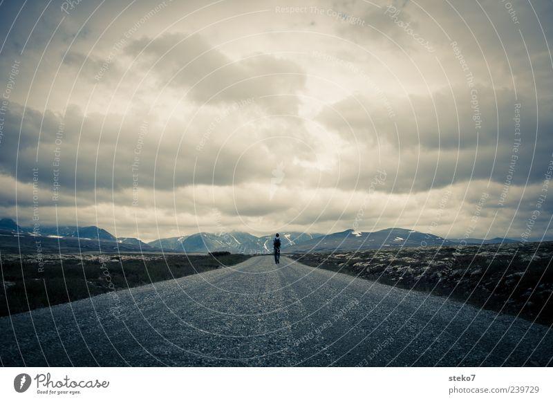 Entfernt Mensch Einsamkeit Ferne dunkel Berge u. Gebirge Wege & Pfade gehen wandern Norwegen schlechtes Wetter Regenwolken Schotterstraße geradeaus Rondane