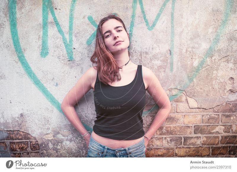 Porträt vor Graffiti Herzen Frau Mensch Jugendliche Junge Frau schön Erholung ruhig Freude 18-30 Jahre Erwachsene Lifestyle Leben Wand Liebe feminin