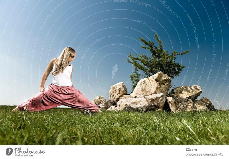 stretch Lifestyle Erholung Freizeit & Hobby Sport Yoga Junge Frau Jugendliche 1 Mensch 18-30 Jahre Erwachsene Natur Landschaft Wolkenloser Himmel Sommer Wiese