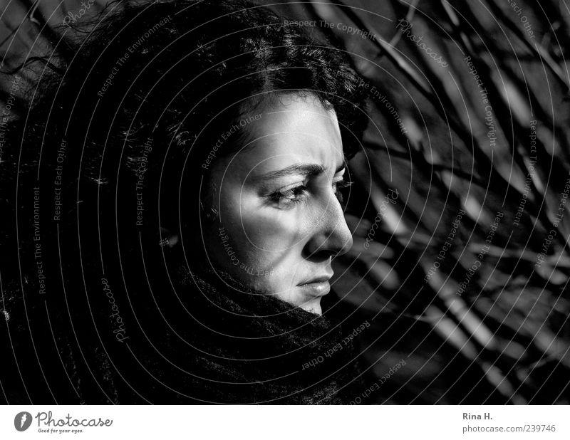 Licht und Schatten Junge Frau Jugendliche 1 Mensch 18-30 Jahre Erwachsene träumen authentisch dunkel Gefühle nachdenklich Schwarzweißfoto Außenaufnahme Kontrast