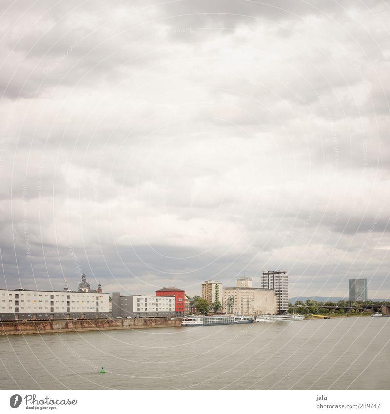 rhein Himmel Wolken Flussufer Rhein Stadt Haus Hochhaus Fabrik Bauwerk Gebäude Schifffahrt Binnenschifffahrt Passagierschiff trist Farbfoto Außenaufnahme