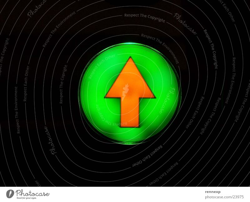 /\ Aufwärts Bitte  /\ Beschriftung Piktogramm Licht Lampe vorwärts Richtung Leuchtreklame Aktion Rolltreppe Hinweisschild Makroaufnahme Nahaufnahme Pfeil
