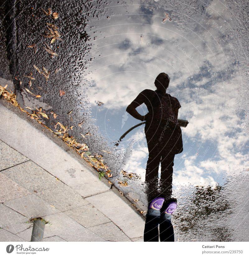 stay Frau Himmel Jugendliche Wasser Blatt Wolken Erwachsene Straße hell Junge Frau Körper Schuhe stehen beobachten einzigartig Körperhaltung