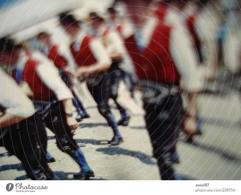 Bavarian Funk Bayern Jahrmarkt Krachlederne Lederhose Tracht Unschärfe positive liquid Mann Parade Tradition viele Weste rot gehen