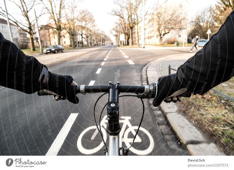 Radfahrer-Egoperspektive Mensch Stadt Hand schwarz Straße Bewegung Verkehr Metall Fahrrad Schilder & Markierungen Schönes Wetter Fahrradfahren Klima Fahrradtour