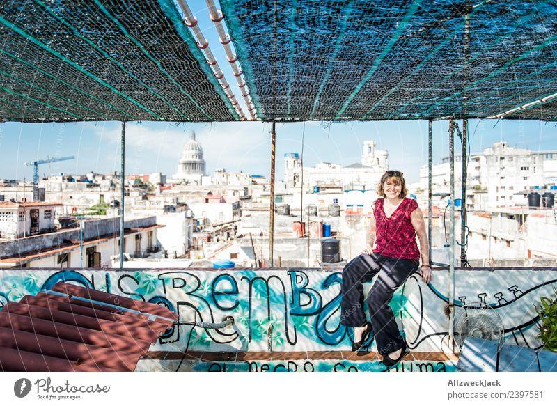 junge Frau sitzt auf einem Dach in Havanna Kuba Kapitol Skyline Aussicht Wohnhaus baufällig Baustelle Blauer Himmel Wolkenloser Himmel Sommer