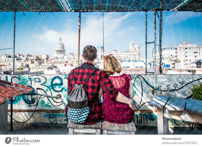 Paar sitzt auf einem Dach mit Blick aufs Kapitol in Havanna Ferien & Urlaub & Reisen Junge Frau Sommer Junger Mann Reisefotografie Liebe Glück Zusammensein