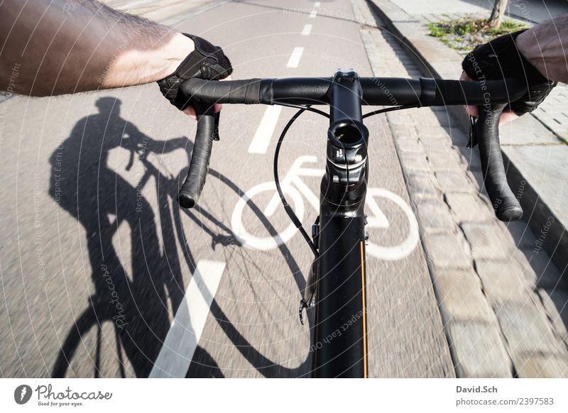 Radfahrer-Egoperspektive Mensch Mann Sommer Stadt Hand schwarz Straße Erwachsene Gesundheit Sport Bewegung Freizeit & Hobby Verkehr Metall Fahrrad