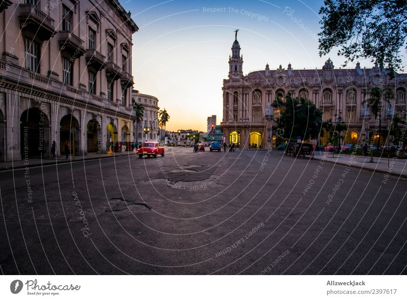 Oldtimer mit Sonnenuntergang in Havanna Kuba Nacht Beleuchtung Nachtaufnahme Park Platz Langzeitbelichtung Haus Abenddämmerung Romantik Wolkenloser Himmel