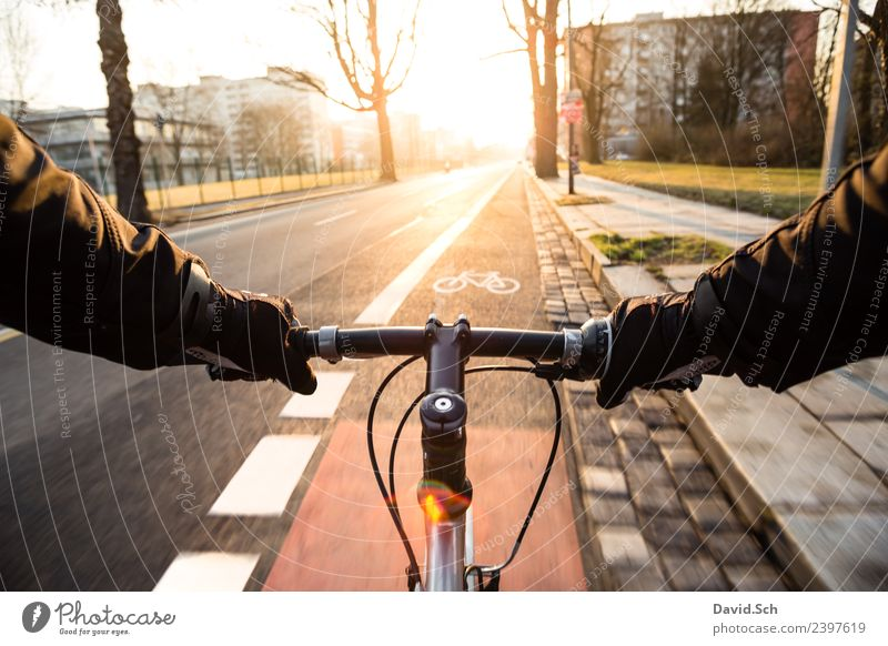 Radfahrer-Egoperspektive Mensch Stadt Sonne Hand Straße Bewegung Verkehr Metall Fahrrad Schilder & Markierungen Schönes Wetter Fahrradfahren Fahrradtour