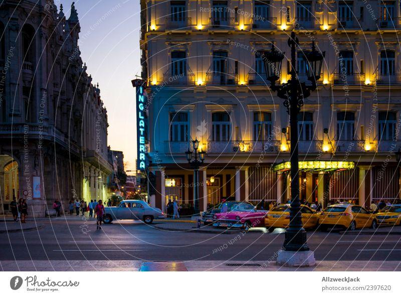 Abends zum Sonnenuntergang in Havanna Kuba Nacht Beleuchtung Nachtaufnahme Oldtimer Park Platz Langzeitbelichtung Haus Taxi Abenddämmerung Romantik