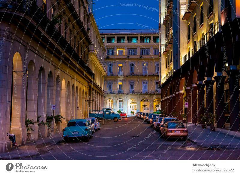 Parkplatzsuche nachts in Havanna Ferien & Urlaub & Reisen Sommer Haus Reisefotografie Architektur Beleuchtung Wolkenloser Himmel Fernweh Flair Kuba