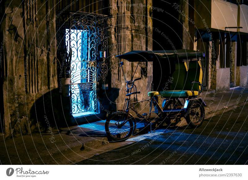 parkendes Fahrradtaxi nachts auf den straßen von Havanna Kuba Nachtaufnahme Langzeitbelichtung Haus dunkel erleuchten Licht Beleuchtung Ferien & Urlaub & Reisen