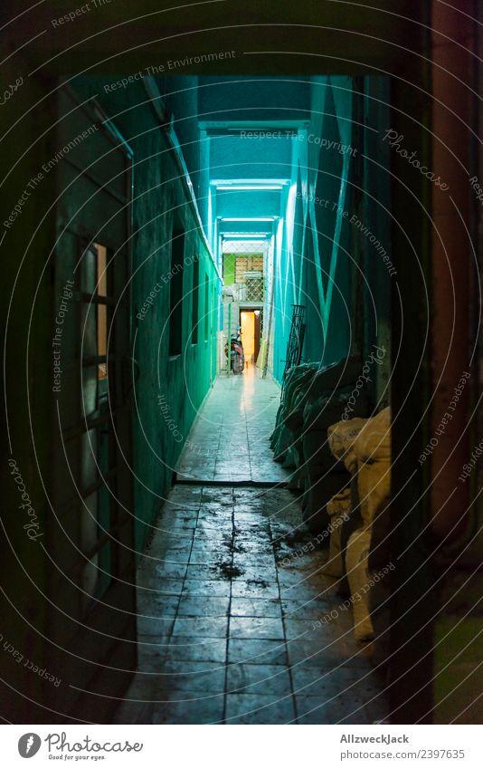 beleuchteter Flur nachts in Havanna Kuba Nachtaufnahme Langzeitbelichtung Haus Architektur dunkel erleuchtet Licht Urlaub Reisefotografie Fernweh Großstadt