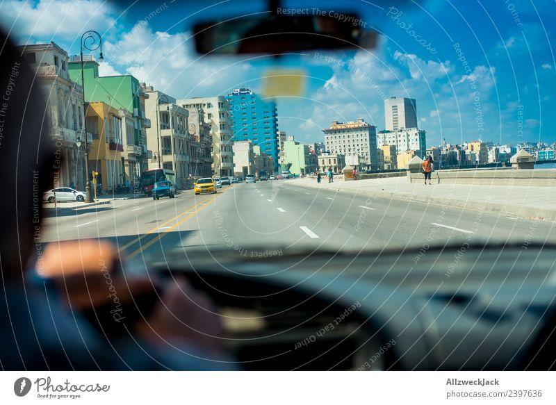 Im Auto auf dem Malecón in Havanna Kuba Insel Sozialismus Ferien & Urlaub & Reisen Reisefotografie Ausflug PKW fahren Straße El Malecón Fahrer Skyline Stadt