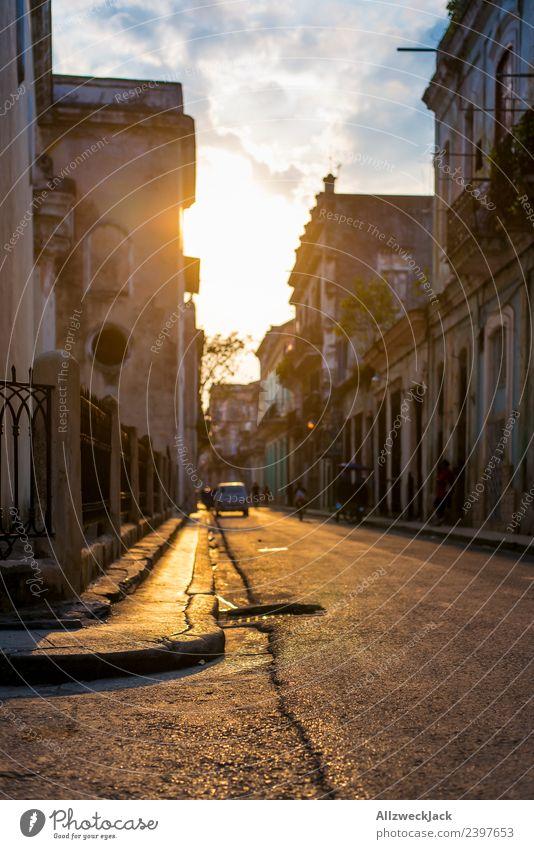 Sonnenuntergang in den Straßen von Havanna Kuba Insel Sozialismus Ferien & Urlaub & Reisen Reisefotografie Ausflug Sightseeing Schatten Stadt Blauer Himmel
