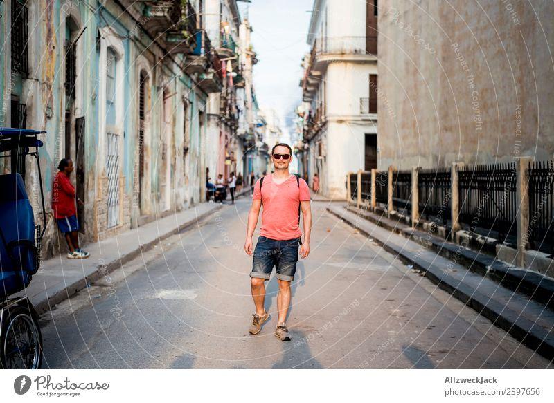 Mann geht in den Straßen Havannas spazieren Ferien & Urlaub & Reisen Sommer Stadt Junger Mann Sonne Haus Wolken Reisefotografie Tourismus Ausflug gehen Insel