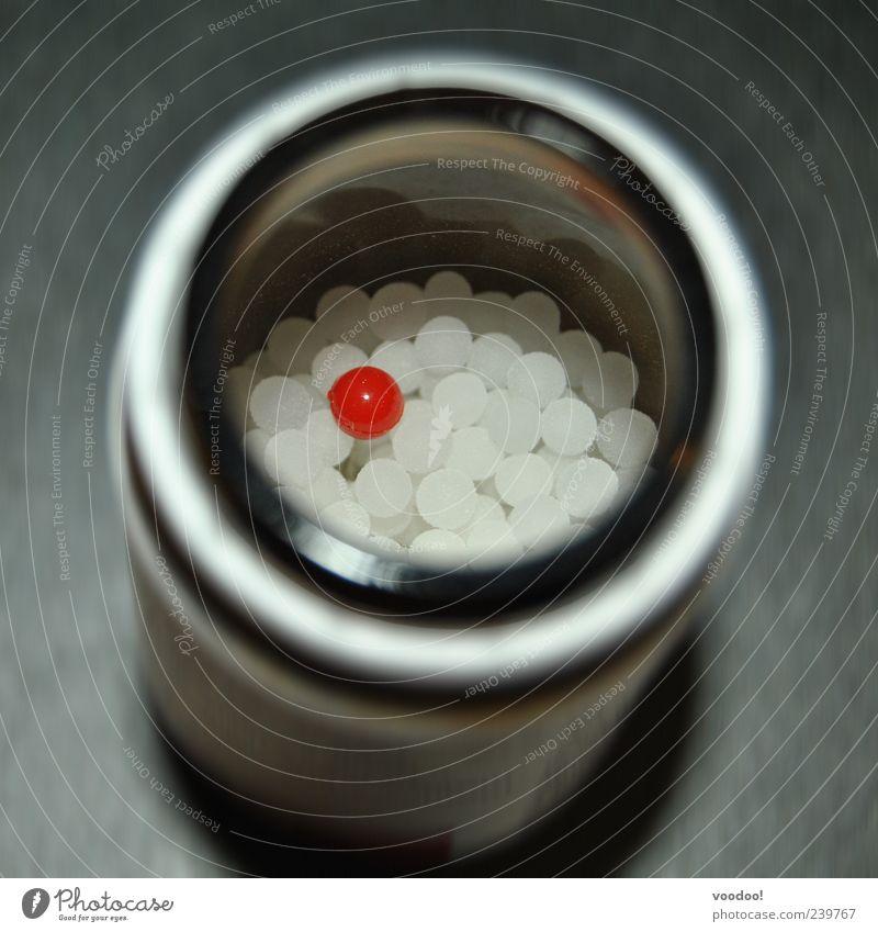 Red Pill verleiht Flügel Dose Glas Kugel glänzend rund grau rot weiß einzigartig Integration Tablette Medikament Placebo Farbfoto Innenaufnahme Menschenleer