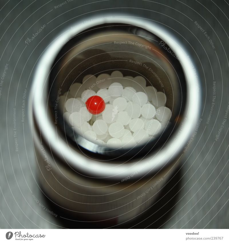 Red Pill verleiht Flügel weiß rot grau Glas glänzend außergewöhnlich gefährlich rund einzigartig Kugel Medikament Dose Integration Tablette Verpackung
