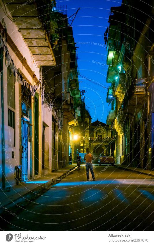 eine dunkle Straße nachts in Havanna Kuba Nachtaufnahme Langzeitbelichtung Haus Architektur dunkel erleuchtet Licht beleuchtet Urlaub Reisefotografie Fernweh