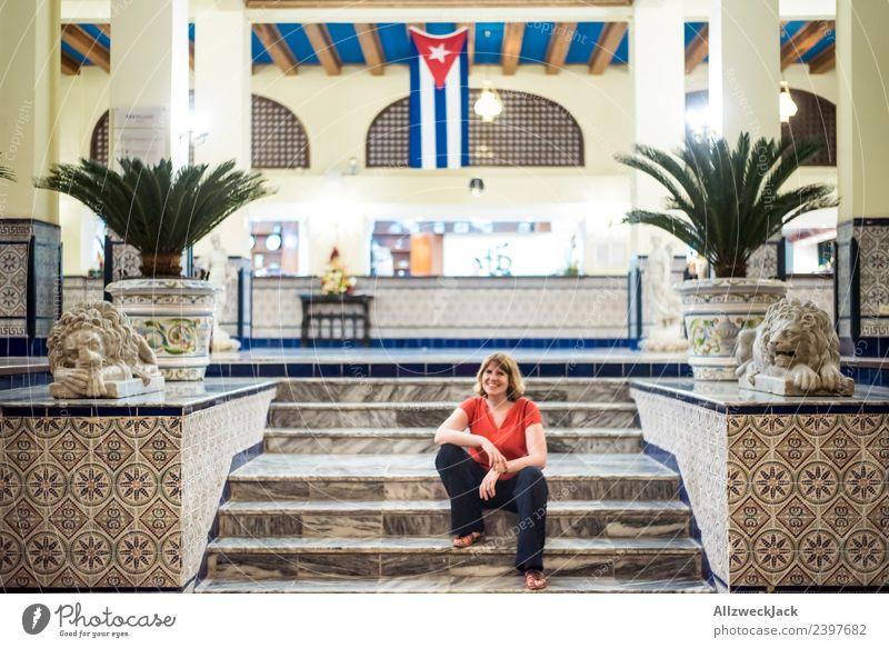 junge Frau sitzt vor Hotel in Havanna Kuba Insel Sozialismus Ferien & Urlaub & Reisen Reisefotografie Ausflug Sightseeing Fahne Patriotismus Fernweh Haus Abend