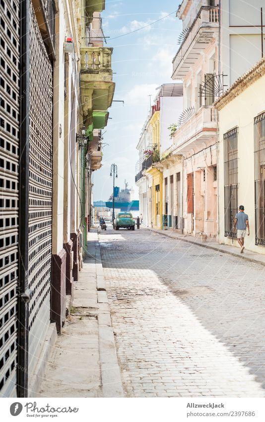 hübsche bunte Gasse in Havanna mit Blick auf den Hafen Kuba Insel Ferien & Urlaub & Reisen Reisefotografie Ausflug Sightseeing Straße Stadt Blauer Himmel