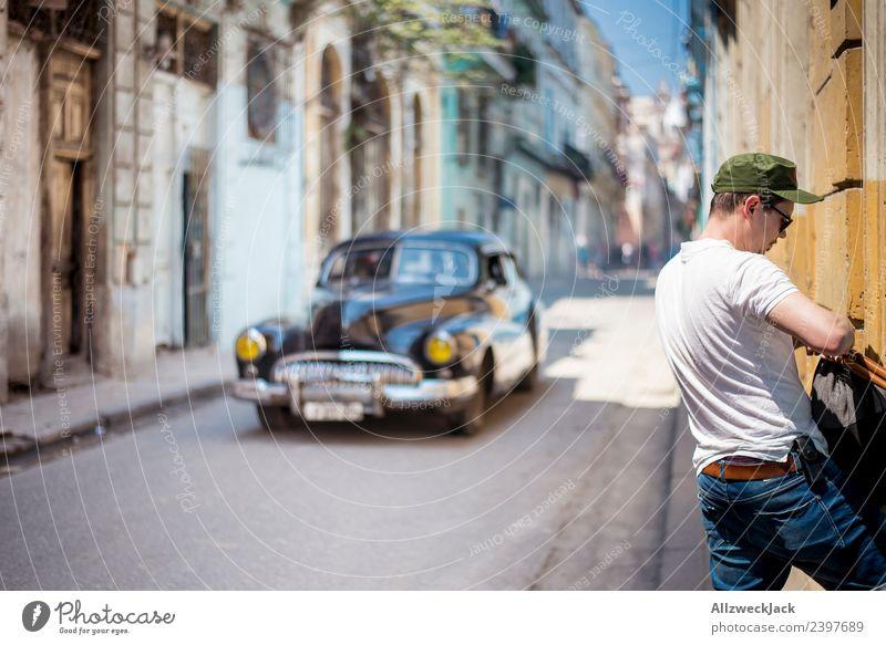 Mann und Oldtimer in einer Straße in Havanna Kuba Insel Ferien & Urlaub & Reisen Reisefotografie Ausflug Sightseeing Gasse Stadt Blauer Himmel Fernweh Tag Sonne