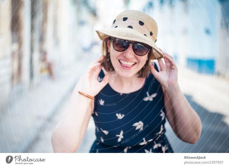Portrait von Frau mit blauem Kleid, Sonnenbrille und Hut Ferien & Urlaub & Reisen Junge Frau Sommer Stadt Freude Reisefotografie Straße Glück Tourismus Ausflug