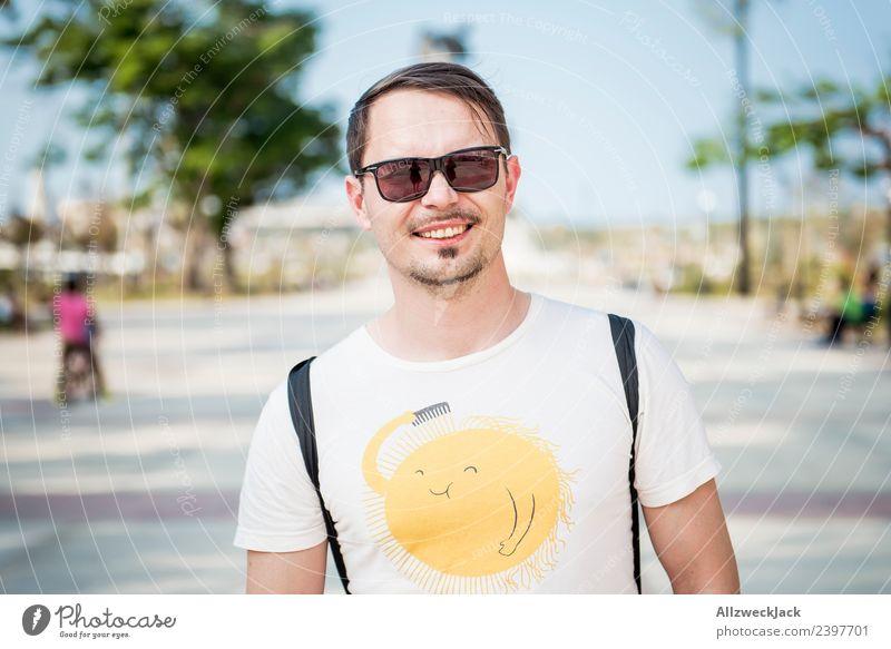 Portrait junger Mann mit Sonnenbrille Ferien & Urlaub & Reisen Sommer Stadt Junger Mann Freude Reisefotografie Straße Glück Tourismus Ausflug Lächeln