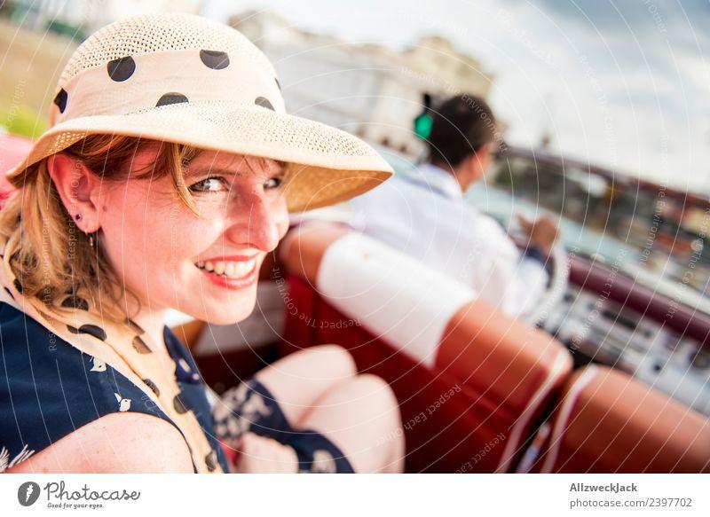 Frau mit blauem Kleid und Hut im Oldtimer Ferien & Urlaub & Reisen Junge Frau Sommer Stadt schön Sonne Freude Reisefotografie Straße Glück Tourismus Ausflug