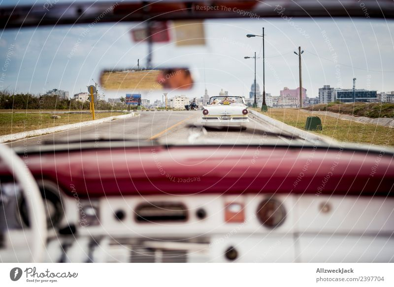 Egoperspektive aus einem Oldtimer Kuba Havanna Insel Ferien & Urlaub & Reisen Reisefotografie Ausflug Sightseeing fahren Ausfahrt Rücksitz Straße Stadt