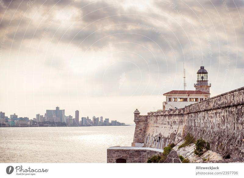 Blick übers Meer auf den Malecón von Havanna Kuba Insel Sozialismus Ferien & Urlaub & Reisen Reisefotografie Ausflug Sightseeing Dämmerung Wolken bedeckt