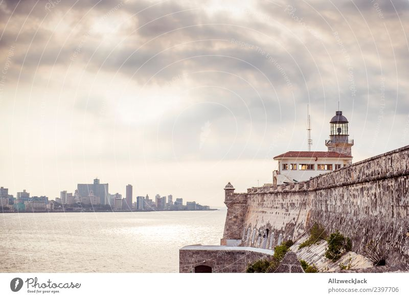Blick übers Meer auf den Malecón von Havanna Ferien & Urlaub & Reisen Stadt Wasser Haus Wolken Reisefotografie Küste Mauer Tourismus Ausflug Insel Skyline
