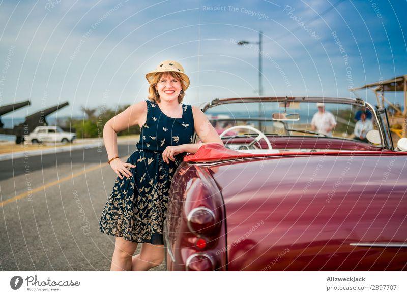 Portrait von Frau mit blauem Kleid und Hut am Oldtimer Ferien & Urlaub & Reisen Junge Frau Sommer Stadt schön Sonne Freude Reisefotografie Straße Glück