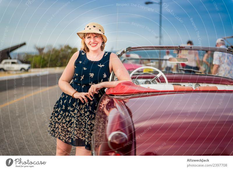 Portrait von Frau mit blauem Kleid und Hut am Oldtimer Kuba Havanna Insel Ferien & Urlaub & Reisen Reisefotografie Ausflug Sightseeing Porträt Körperhaltung