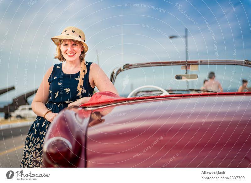 Portrait von Frau mit Kleid, Sonnenbrille und Hut am Oldtimer Ferien & Urlaub & Reisen Junge Frau Sommer Stadt schön Freude Reisefotografie Straße Glück