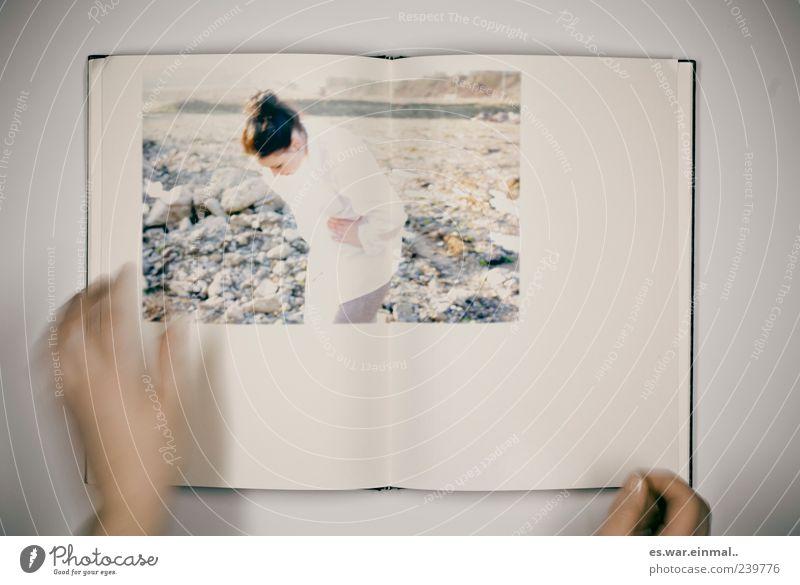 bild im bild Mensch Hand feminin Kunst Felsen Buch Fotografie stehen lesen Bild Hemd entdecken Medien Kultur blättern Fotoalbum