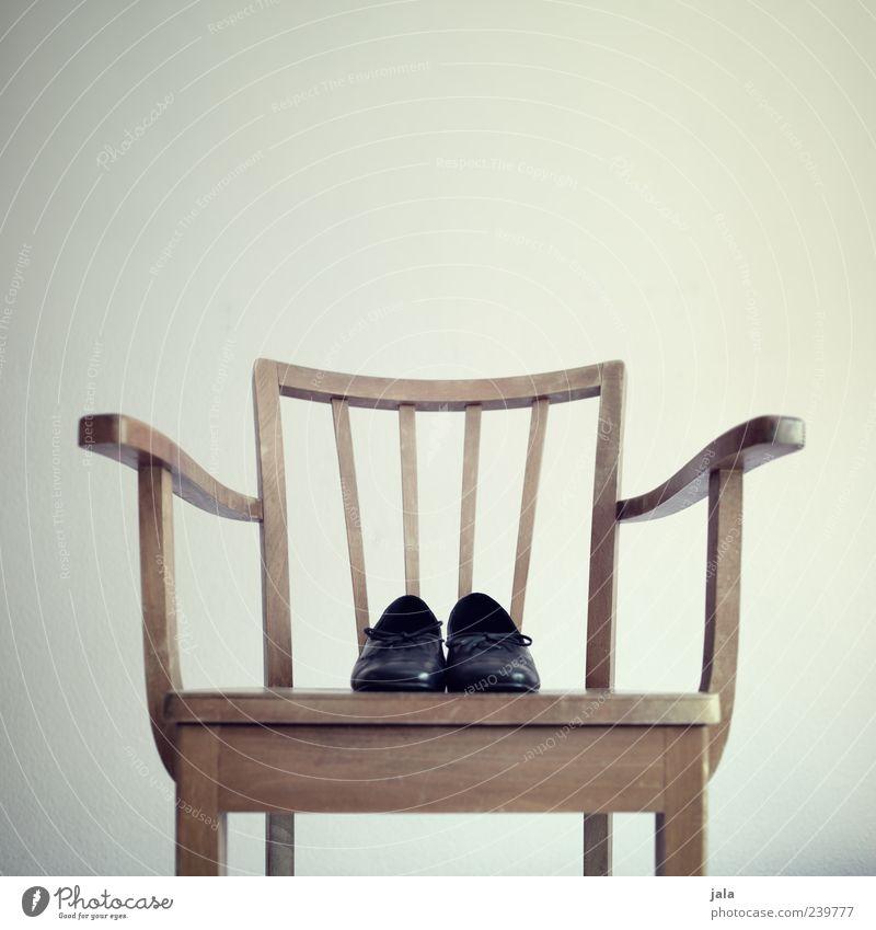 schuhe Häusliches Leben Wohnung Möbel Stuhl Schuhe ästhetisch elegant klassisch Farbfoto Innenaufnahme Menschenleer Textfreiraum oben Hintergrund neutral Tag