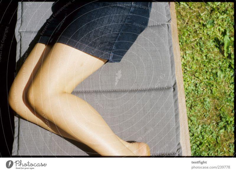 liegen Mensch Frau ruhig Erwachsene Erholung feminin Gras Beine Zufriedenheit Warmherzigkeit Liege Rock Wohlgefühl Sonnenbad bequem