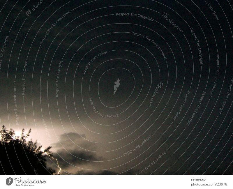 -- Blitz --> Blitze dunkel Licht Wolken schlechtes Wetter Unwetter temporär flüchtig Nacht Baum Beleuchtung Langzeitbelichtung Nachtaufnahme Momentaufnahme