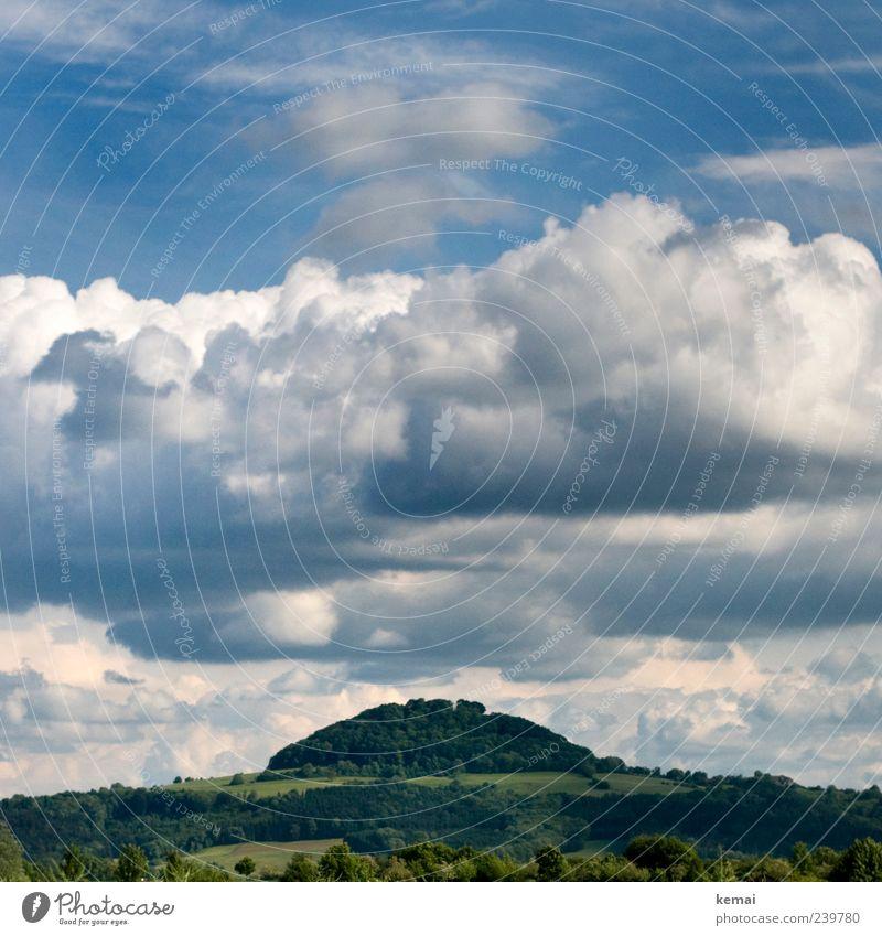 Hausberg Umwelt Natur Landschaft Pflanze Himmel Wolken Sonnenlicht Frühling Schönes Wetter Baum Sträucher Wald Hügel Berge u. Gebirge außergewöhnlich schön blau