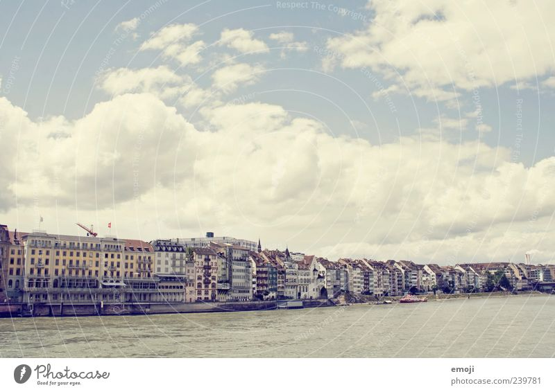 Basel Himmel Wolken Flussufer Stadt Hauptstadt Stadtrand Haus alt hell Rhein Grenze Begrenzung Farbfoto Außenaufnahme Menschenleer Textfreiraum oben
