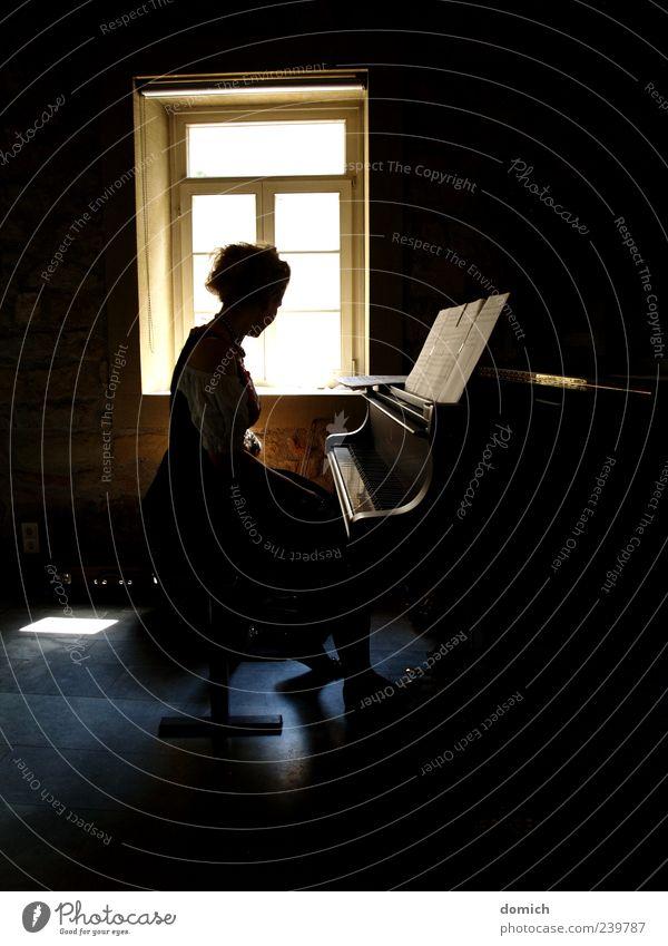Klavier im Schatten feminin Junge Frau Jugendliche 1 Mensch Kultur Konzert Musiker Musik hören ästhetisch blond Gefühle Gedeckte Farben Innenaufnahme Gegenlicht
