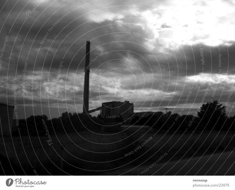 --Kraftwerk--> Wolken dunkel Industrie Energiewirtschaft Fabrik bedrohlich gruselig Gewitter Desaster Stromkraftwerke veraltet Apokalypse beklemmend