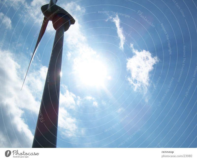 --o-- Windrad I Sonne blau Sommer Wolken Kraft elegant groß Perspektive Industrie Energiewirtschaft Elektrizität Macht Windkraftanlage Strahlung ökologisch
