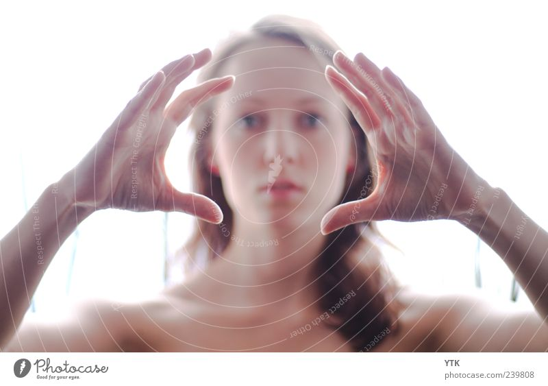 Focusing Face Mensch Frau Jugendliche Hand schön Erwachsene Gesicht feminin Gefühle Haare & Frisuren Kopf hell Junge Frau 18-30 Jahre ästhetisch beobachten