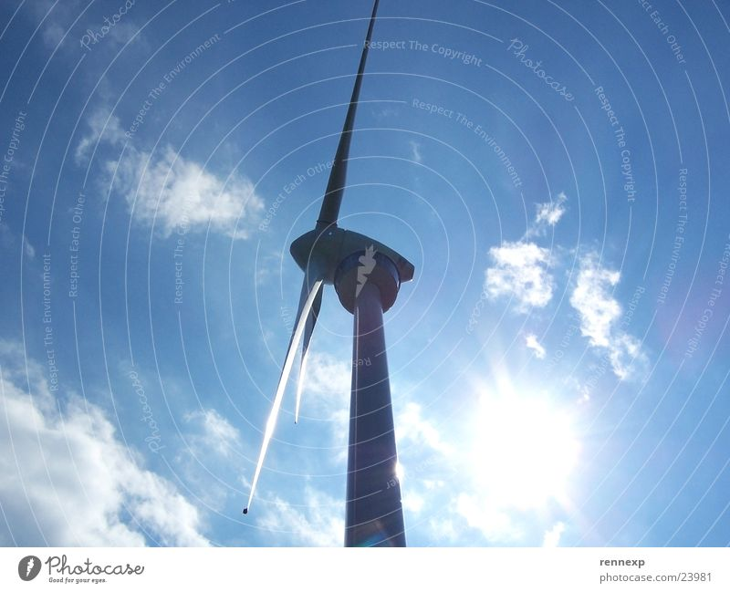 --o-- Windrad II Sonne blau Sommer Wolken Kraft elegant groß Perspektive Industrie Energiewirtschaft Elektrizität Macht Windkraftanlage Strahlung ökologisch